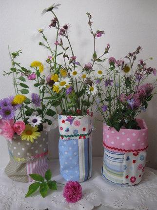 Hotové vázičky s květinami.