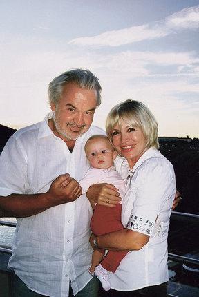 Jana Švandová s manželem a první vnučkou Azárií.