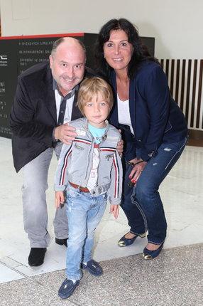 Lidé je na ulici zastavují a říkají: vy ale máte krásného syna. Na první pohled to tak opravdu vypadá, ale Michal s Marcelou jsou Sebíkovi prarodiče.