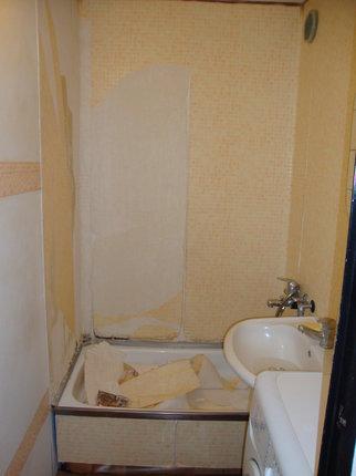 Koupelna předtím.