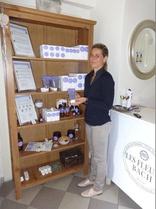 Terapeutka Romana Kotěrová míchá Bachovky na míru, nabízí ale i kosmetiku či parfémy s Bachovými esencemi.