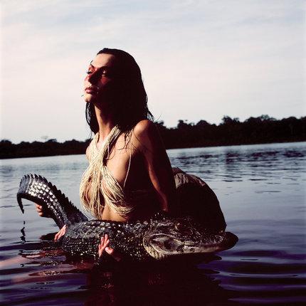 Jako divoká Amazonka drží Bučková nebezpečného kajmana.
