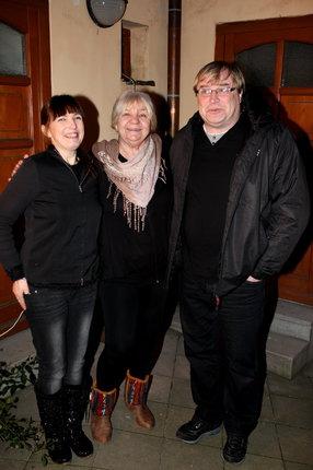 Manželé Urbanovi s léčitelkou Lídou Koudelkovou (uprostřed).