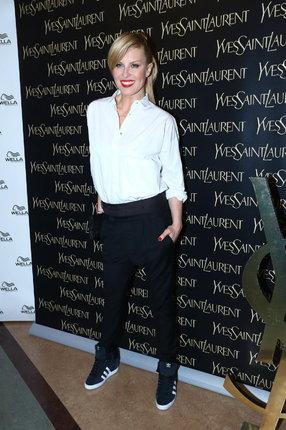 Topmodelka Simona Krainová (43) dokáže z bílé košile udělat vysoce módní záležitost.