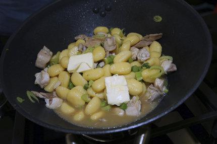 Chvíli povaříme, přidáme máslo na zjemnění a podáváme.