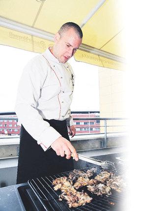 Kuchař Jan Hajný dělá z grilování umění.