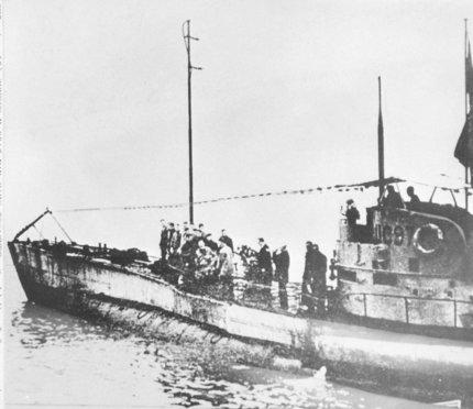 Německá ponorka typu UC-97 na hladině.