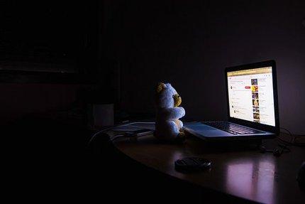 Nespavci tráví noci často bděním u počítače...