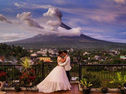 Arlo a Maica De la Cruzovi mají spektakulární snímek, od evakuovaných vesničanů ale sklízejí kritiku.