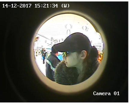 Policisté pátrají po ženě, která se v pražských Kobylisích pokusila vybrat peníze z kradené karty.