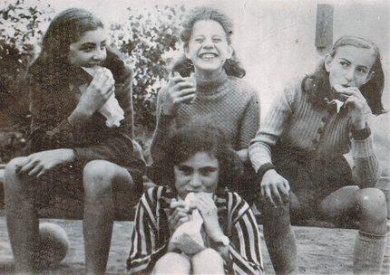 Brigita (uprostřed dole) a její kamarádky v Praze 1940.
