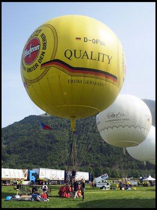 Balon české posádky (žlutý vepředu)