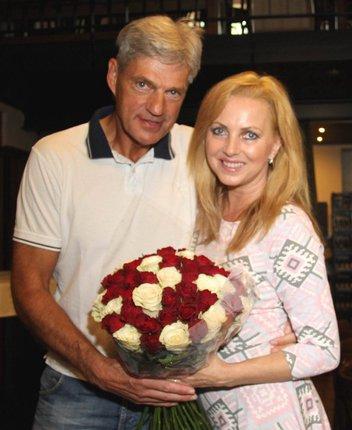 Vláďa manželce přinesl nádhernou kytku.