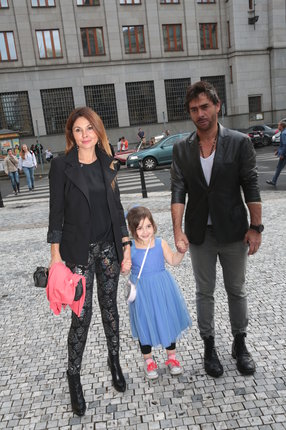 Sagvan Tofi s přítelkyní a dcerou