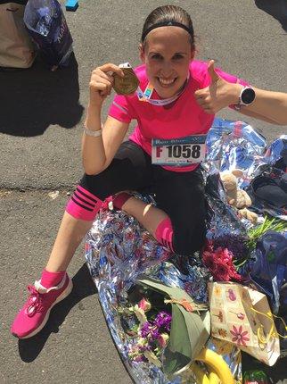 Nikola v cíli maratonu