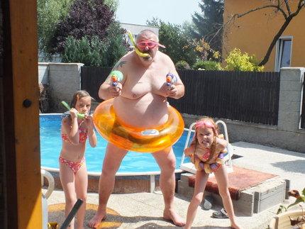 Pavel Vohnout s dcerami u bazénu
