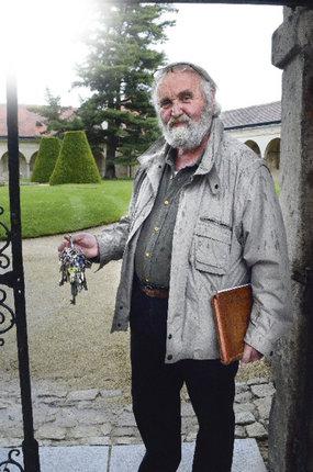 Kastelán Bohumil Norek s nezbytným svazkem kastelánských klíčů vážících 1,1 kilogramu a rodinnou kastelánskou kronikou.