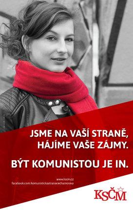 Dívku s rudou šálou museli komunisti hned stáhnout.