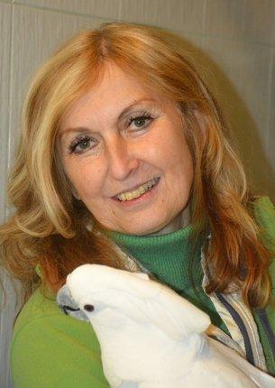 Hana s jedním z papoušků