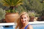 Měla krásné dětství, záhy o něj ale přišla. Dennodenní tréninky, škola, únava, samota, to byl život profesionální plavkyně Yvetty Hlaváčové (45), dnes Yvetty Tulip, vrcholové sportovkyně, několikanásobné rekordmanky vdálkovém plavání. Její obrovský úspěch, kdy v roce 2006 přeplavala kanál La Manche, a vytvořila tak nový ženský světový rekord, neušel snad nikomu. Před dvanácti lety však tato sto devadesát čtyři centimetrů vysoká blondýnka pověsila závodní plavání na hřebík a začala žít jiný, skutečný život. Takový, po kterém toužila a který ji dělá opravdu šťastnou. Po boku své milované rodiny.