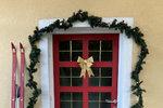 K vánočním svátkům červená barva jednoznačně patří. Využít ji můžete třeba hned vpřípadě vstupních domovních dveří. A co takhle ozvláštnit si byt ještě originální okenicí na přání, a to vdalším odstínu typickém pro toto období? Zelenkavá se bude vpokoji krásně vyjímat. Inspirujte se následujícími nápady a vytvořte si barevné Vánoce vobýváku, předsíni i na zahradě. Do Štědrého dne zbývá zhruba měsíc, je tedy nejvyšší čas vzít do ruky štětec a barvu a pustit se díla!