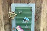 Našli jste někde na půdě starou dřevěnou okenici a nevíte, co sní? Věřte, že nemusí být kzahození. Máme pro vás tip, jak si zní udělat krásnou nástěnku na vánoční přání a ozdoby.