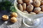 POTŘEBUJETE: 90 g loupaných lískových oříšků, 100 g cukru, 100 g hladké mouky, 30 g holandského kakaa, 80 g čerstvého másla (Gran Moravia), 1 lžíci rumu špetku soli
