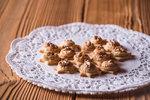 POTŘEBUJETE: 470 g hladké mouky, 150 g cukru moučka, 20 g vanilkového cukru, 315 g hery, 2 žloutky, 1 bio citron Na náplň: 300 g cukru moučka, 300 g mletých ořechů, 1 bílek, vlašské ořechy nebo mandle na ozdobu
