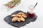 POTŘEBUJETE: 300 g hladké mouky, 150 g cukru krupice, 12 g kypřicího prášku, 1 lžičku vanilkového extraktu, 1 vejce sůl, 250 g bílého jogurtu, třtinový cukr na posypání