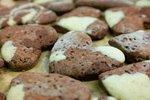 POTŘEBUJETE: 150ml černého piva, 125g sušených brusinek, 250g polohrubé mouky, 1sáček vanilkového cukru ,50g hnědého cukru, 2žloutky, 65g másla, 1/3 lžičky prášku do pečiva, 100g mletých vlašských ořechů, sůl ,citronovou kůru, 1/3lžičky mletého hřebíčku ,1/2lžičky mleté skořice, mletý badyán,1/3lžičky mletého zázvoru ,moučkový cukr