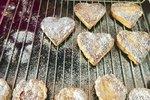 POTŘEBUJETE: 450 g hladké mouky, 250 g másla, 250 ml smetany ke šlehání , moučkový a vanilkový cukr na obalení