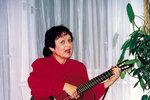 Byla naší první zpěvačkou, která v70. letech zavedla na scénu autorský zpěv skytarou. Zdenka Lorencová (72) sbírala jedno ocenění za druhým, a to nejen u nás, ale i ve světě. Život se sní ale nemazlil a vystavil ji drsným zkouškám. Dvacet let vedla soudní spory smanželem, a když se jí sestra uhořela vautě, psychicky se zhroutila. Aby toho nebylo málo, sama také vážně onemocněla…