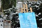 """Bílá peřinka zahalila minulý týden krajinu kolem nás. Ty krásně třpytivé sněhové vločky inspirovaly designérku Martinu k vytvoření """"ledových"""" obrazů. Pomocí jednoduché techniky (za použití vosku a vodových barev) si i vy zkuste namalovat nevšední motivy. Neváhejte, je to úžasný relax."""