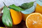 POTŘEBUJETE: 3 kg pomerančů, nastrouhanou kůru z 1 pomeranče, 650 g cukru, 10 g Ovocného pektinu Labeta, 1 lžičku Kyseliny citronové, Labeta, 1 velký svitek skořice, 3 hvězdičky badyánu 5 hřebíčků
