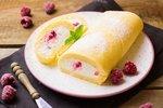 POTŘEBUJETE: 6 vajec, 200 g cukru krystal (může být třtinový), 1 Bio citron, 200 g hladké mouky, moučkový cukr na posyp Na náplň: 200 ml smetany ke šlehání, cukr, citronovou šťávu