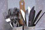 POTŘEBUJETE: 4 prázdné plechovky, 2 dřevěná kuchyňská prkénka, akrylové barvy, 4 velké černé a bílé knoflíky, textilní stuha snápisy, bavlněný provázek, štětec, tavná pistole