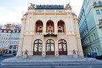 Co nesmí chybět vlázeňském městě kromě kolonády a léčivých pramenů? Přece divadlo! Vždyť kultura má na naše zdraví prokazatelně blahodárné účinky, a navíc posiluje i společenského ducha. Není proto divu, že první zmínky o existenci divadelního života vKarlových Varech pocházejí již ze 17. století. Současná budova pak sice byla otevřena až vroce 1886, na kráse a okázalosti jí to ovšem pranic neubralo. Pseudorokoková stavba dodnes patří k architektonickým klenotům ve městě.