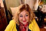 Možná na to nevypadá, ale zdá se, že Halina Pawlowská (65) je vněkterých věcech opravdu konzervativní a drží se svých zásad. Ukázalo se to při výběru nového kosmetického doplňku. Spisovatelka je schopná obléct si na sebe všemožnou kombinaci barev, ale když se jedná o rtěnku, má zcela jasno. Drží se odstínů, které má léty ověřeny. Zrovna nedávno se Halina rozhodla, že si koupí nový kousek. A jak to dopadlo? Na kosmetický stoleček přidala opět červenou!