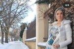 Ani včase koronavirové pandemie nemá totiž Tereza Kostková (44) nouzi o práci, a kromě primáckého seriálu Hvězdy nad hlavou, kde hraje veterinářku Lucii Boučkovou, točila ještě film na Slovensku. Když se však před pár dny herečka ukázala na sociální síti vpřiléhavých džínách a halence, vypadalo to, že za pár měsíců bude jejím pracovním plánu alespoň na chvíli konec. Její vystrčené bříško se nedalo přehlédnout a gratulace ktěhotenství se jen hrnuly! A proč taky ne, když Tereza je šťastně vdaná.