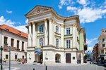 Je jediným dosud funkčním divadlem, kde působil slavný skladatel W. A. Mozart. Je také jednou znejkrásnějších historických divadelních staveb vEvropě a svůj nedocenitelný význam má samozřejmě hlavně pro Čechy. Vždyť jde o kolébku prvních představení odehraných vnašem jazyce! A přidáme-li ktomu fakt, že právě zde se na začátku 19. století zrodil nápad na výstavbu Národního divadla, nelze než souhlasit stím, že heslo na průčelí zdobí Stavovské divadlo právem. Pojďme tedy navštívit poslední divadelní zákulisí. Symbolicky do něj vstoupíme dveřmi, nad nimiž dlí onen nápis Patriae et Musis, tedy Vlasti a múzám…