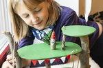 Věděli jste, že dětem plyne čas, který musejí trávit doma bez svých kamarádů, mnohem pomaleji než dospělým? Jestli už vám docházejí nápady, máme pro vás nové tipy na tvoření sbarvami Balakryl. Jak si tedy vyrobit balanční destičku, kterou jistě využijí i dospělí, stromový domeček nebo metr na zeď?