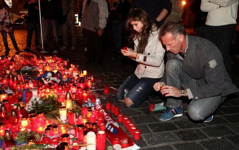 Zdrecený Dominik Hašek se svou dcerou přišli zapálit za zesnulé hokejisty na Staromák svíčku.