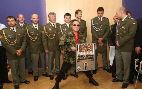 Jan Saudek pózuje v nové uniformě s novým kalendářem.