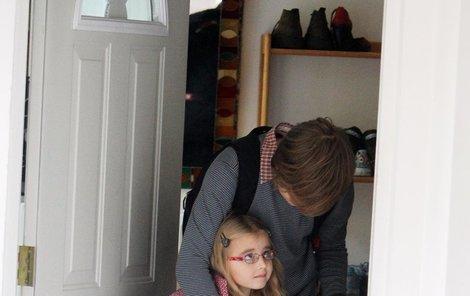 Kordulka chodí do školy se sádrou