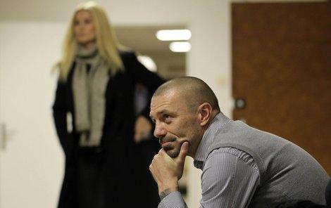 """Tomáš Řepka dorazil k soudu dřív, a když přišla jeho paní, naschvál se díval na opačnou stranu... """"Tomáši, to mě neumíš ani pozdravit?!"""""""