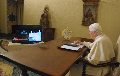 Papež právě rozsvítil vánoční stromek.