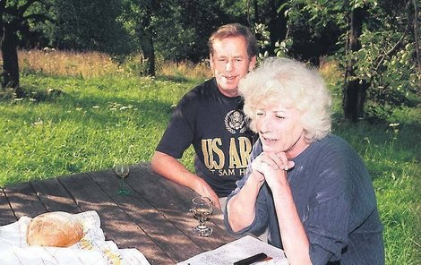 1992 - Čtyři roky před smrtí paní Olgy si prezidentský pár lebedí na chalupě.