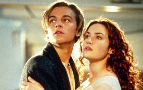 Leonardo DiCaprio a Kate Winslet v Titaniku.