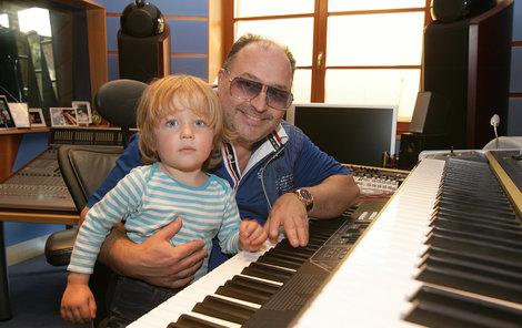 S dědou u kláves. Spolu skládají hity, Sebík je první posluchač zkomponované muziky.