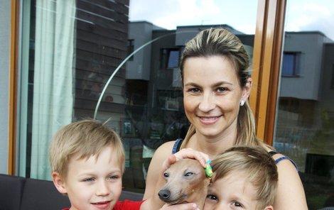 Monika Marešová pořídila svým synům Kubovi a Matějovi sedmiměsíční štěně italského chrtíka.
